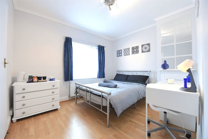 ⭐ Modern & Clean Double Room with FREE Parking! 🏡