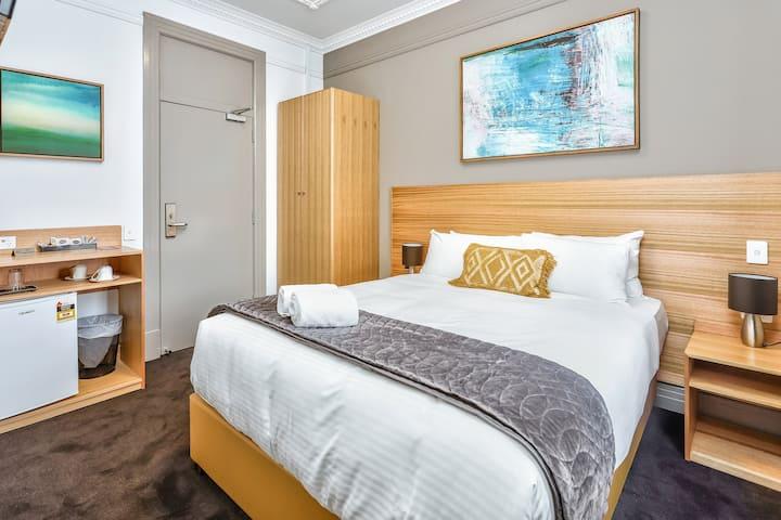 Deluxe Queen Room in Hurstville near Hospitals