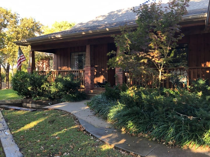 Romantic Storybook Home on2acrs w/hotub near LazyE