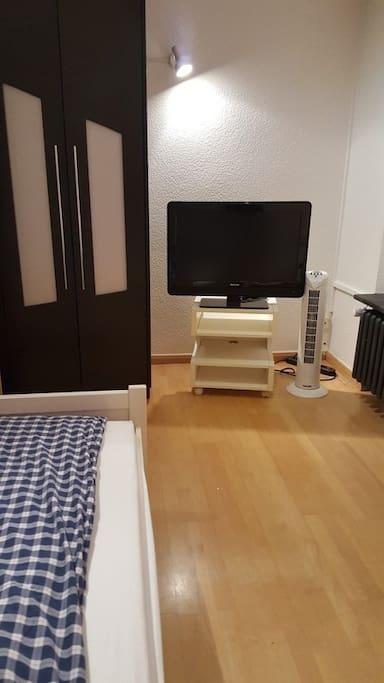 TV und Schrank und Ventilator
