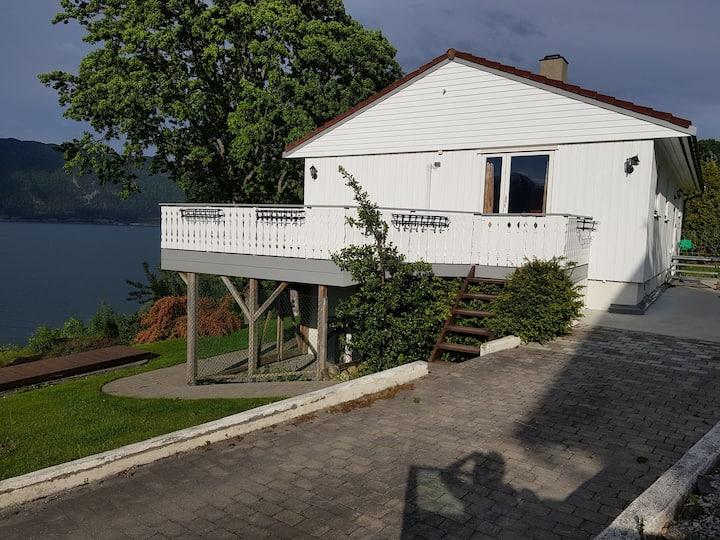 Hus ved fjorden på Vangsnes