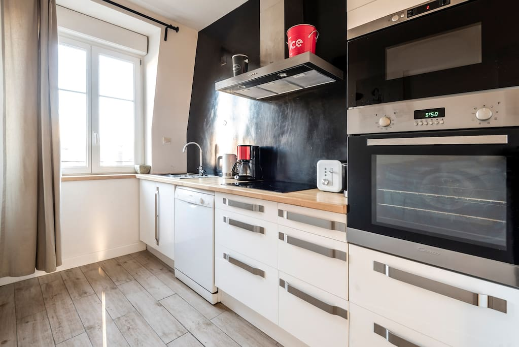 kitchen very well equiped oven, micro waves, dishwasher, refrigerator , hotplate  kettle, nespresso , toaster  cuisine totalement équipée avec mirco-ondes, four, lave vaisselle, hotte, bouilloire , frigo, grille pain , nespresso