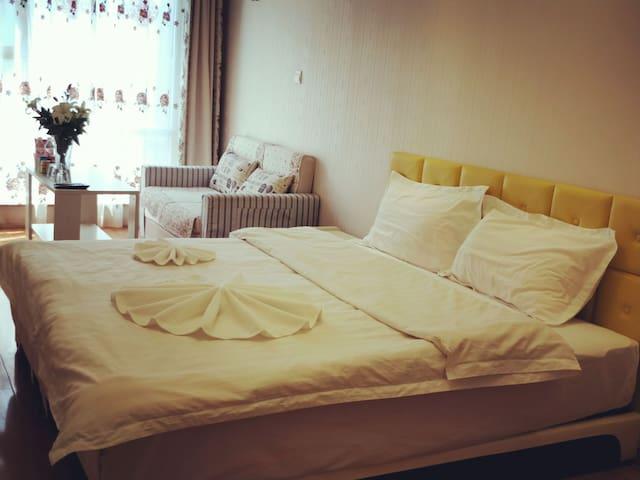 银泰城旁拾光公寓.温馨大床房