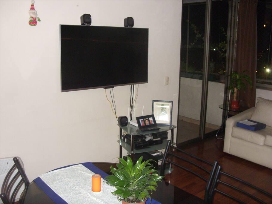 "Televisor de 50"" Smartv en living-comedor"