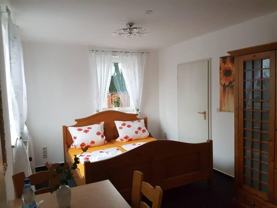 Wellnes Zimmer mit Dusche und Wellnessbadewanne.