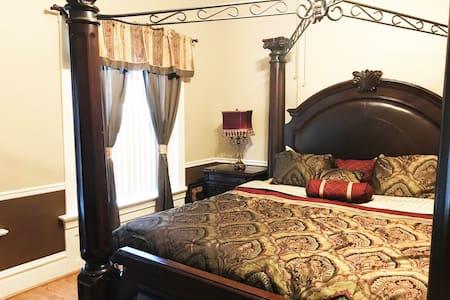 2NE - Travel Nurse Room w/ King Bed, close to BJC!