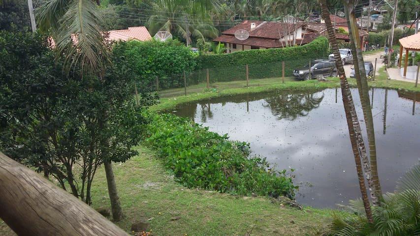 vista da varanda superior da casa para o lago da entrada.