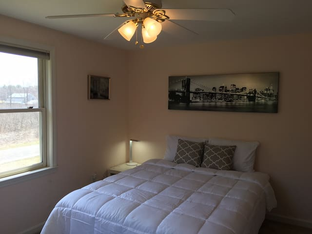 Ideal Room to Vacationland, Maine!