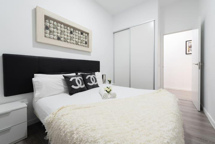 Habitación con cama doble, toallas y armario / Bedroom with doble bed, towels and closet