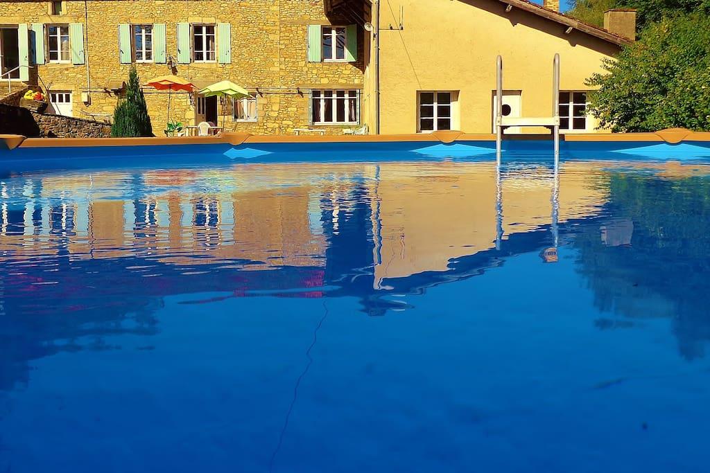 Une  jolie piscine  nouvelle tendance très sécuritaire pour les enfants autoportée (6m de diamètre sur 1.35 de profondeur)