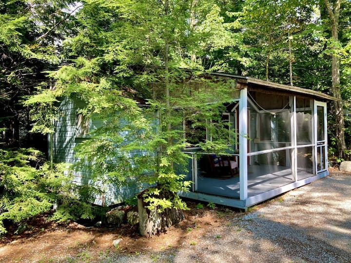 Lakeside Bunkhouse for 6 with Porch and Watercraft