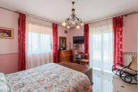 Stanza privata in villa con idromassaggio e WiFi A