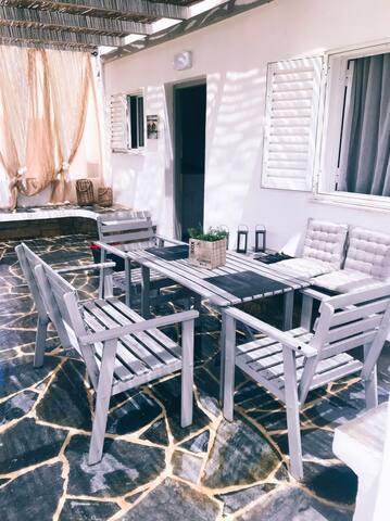 Mazi stin Io..Μονοκατοικία στο Γιαλό, Ελλάδα