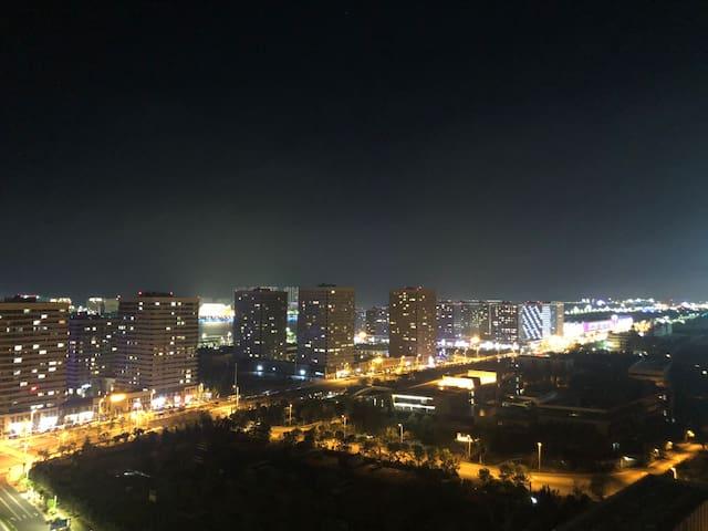 阳台夜景。