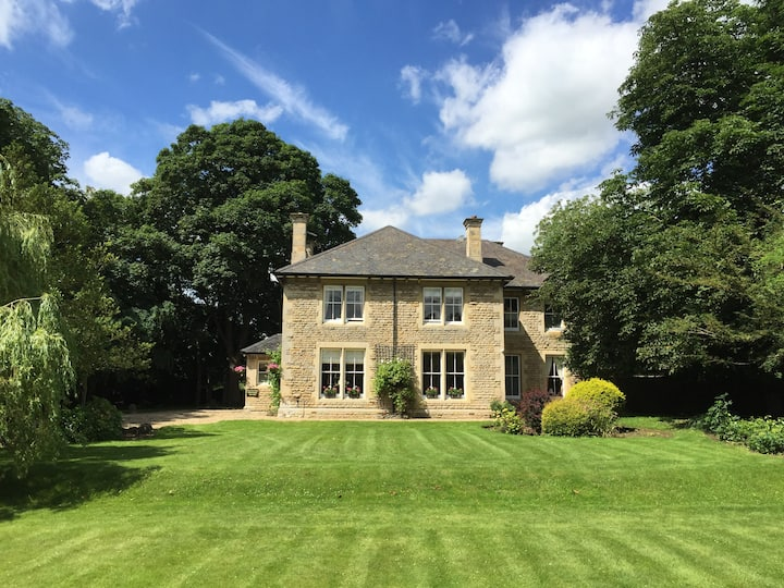 Stamford Farmhouse - sleeps 16 with large hot tub
