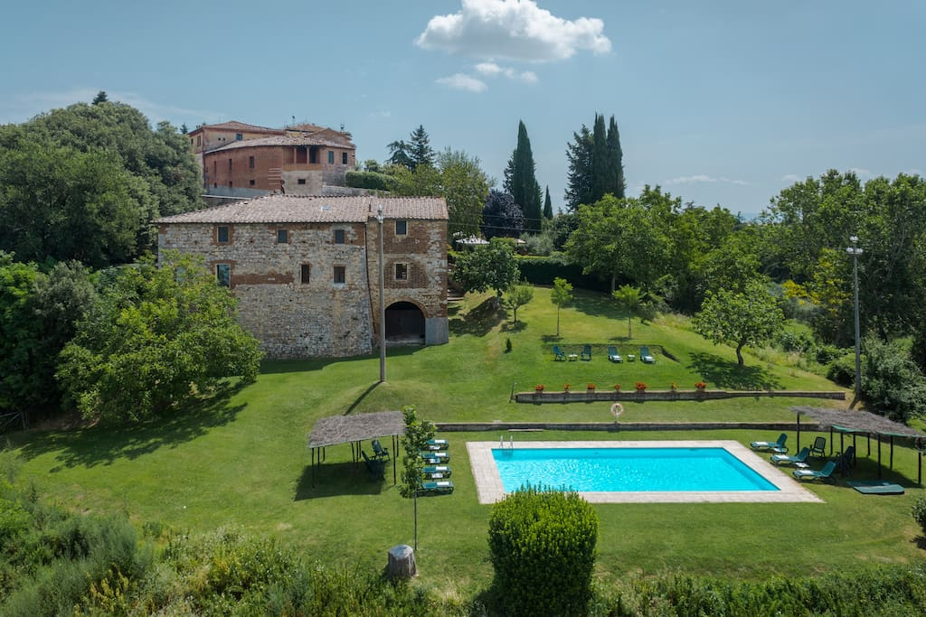 THE FANTASTIC SWIMMING POOL WITH A STUNNING VIEW ON CRETE SENESI FIELDS