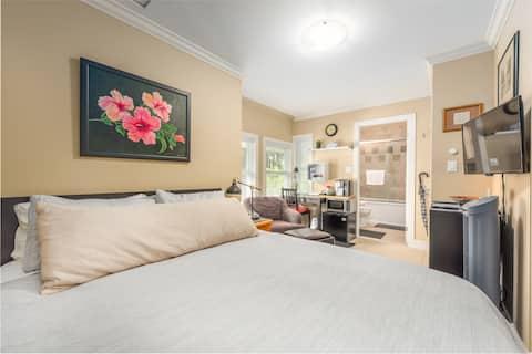 West Room Lonsdale, Queen Bed/En-Suite Bathroom