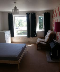 Huge room in shared friendly house in City Centre - Hus