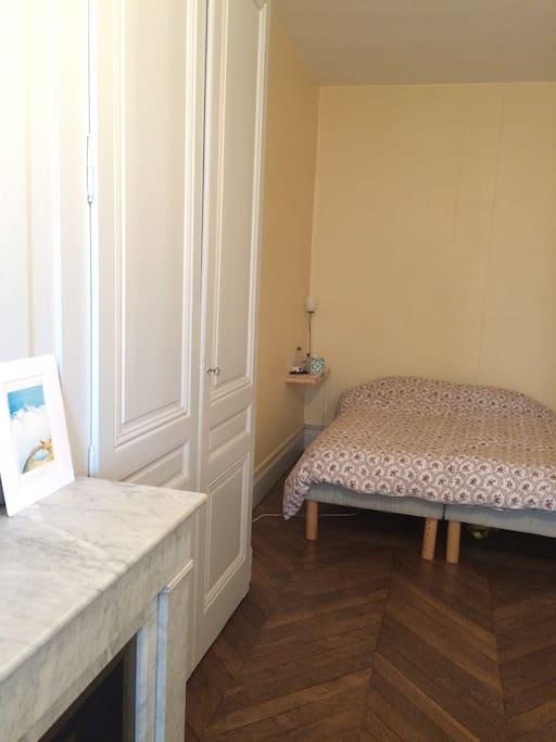 Grande chambre en longueur : le lit est à l'opposé de la fenêtre, il n'y a donc pas de bruit. Un bureau (non visible sur la photo) est également présent dans la chambre si vous souhaitez travailler.