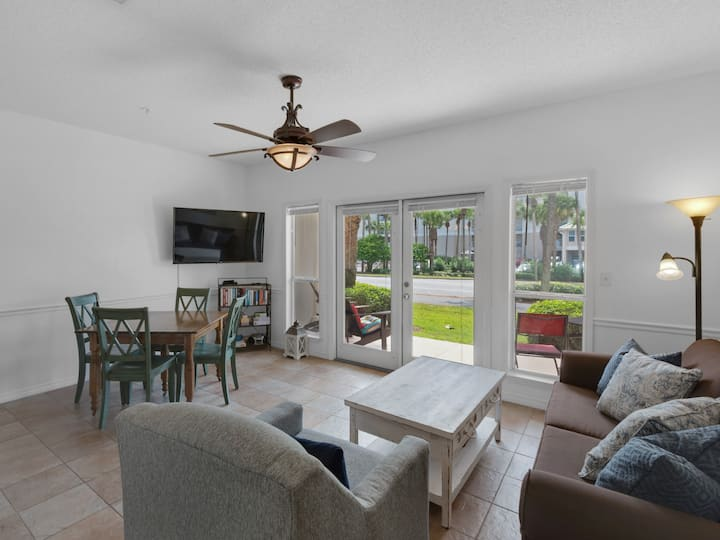 Adorable condo across from Beach! Perfect for couples or small families, Features nice swimming pool!