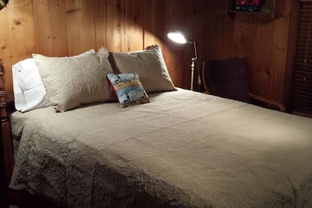 Cozy secluded log cabin room w/queen bed - Hampden