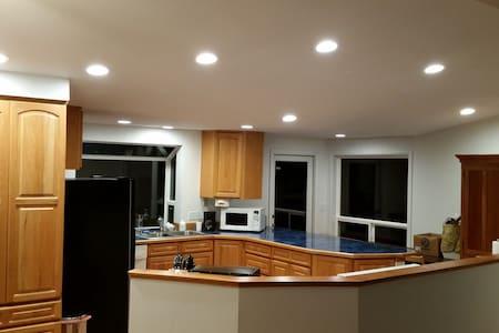 Large kitchen, large back yard - 獨棟