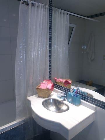 Habitación con una cama, baño privado.