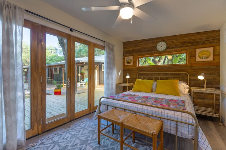 This is the guest cottage that is made available to groups of 6. It adds a private 3rd bedroom and attached bath to the mix.