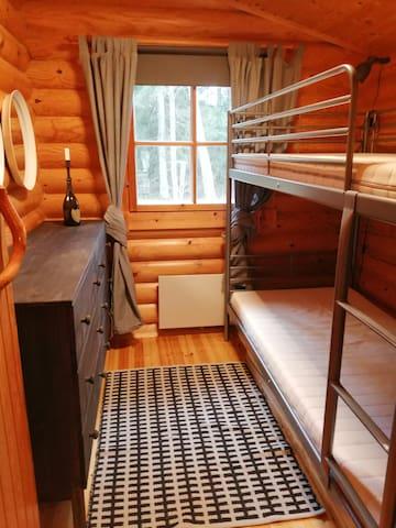 Makuuhuone 4 vierasmökki 90 cm leveä kerrossänky, normaali pituus.