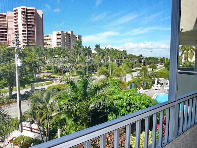 Ideally located condo w/ heated pool & short walk to beach