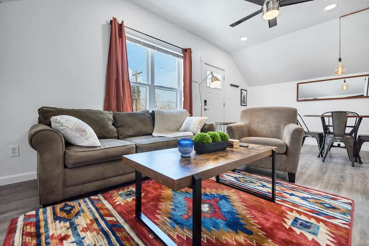 Renovated Downtown Apartment