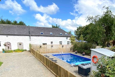 Large Country Barn Hot Tub, Pool - Sleeps upto 24