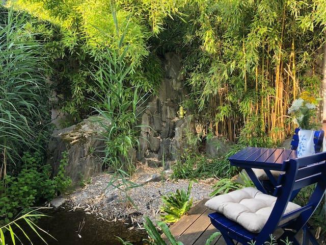 Gemütliches Rotwoi-Häusje am Teich