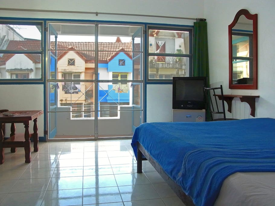 Comfort double room with fan, private bathroom, balcony, TV and fridge