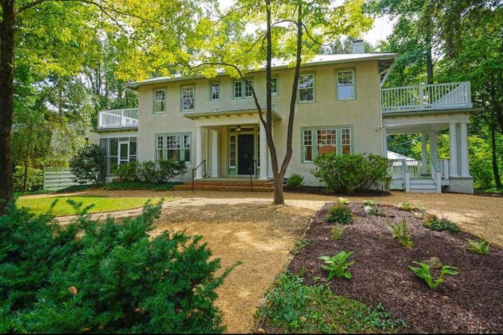 Lovely 4 BR home adjacent to UVA