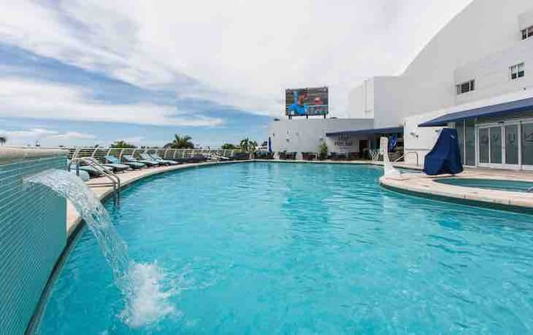 Feel Miami Beach + Malls + pool + early check-in!!