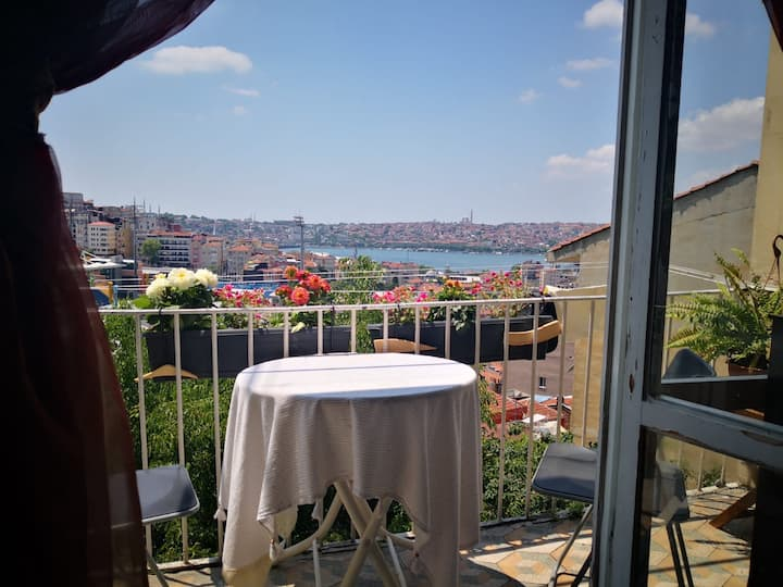 Room 2 min walk from İstiklal - amazing sea view .
