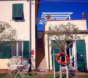 Vada Mamma Isa app.to con terrazzo e giardino - Vada