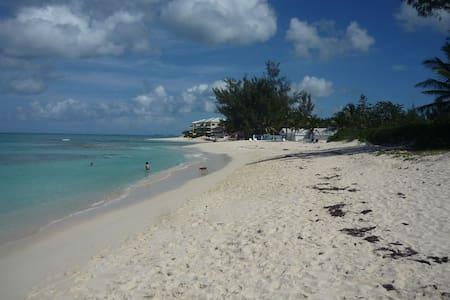 Island Condo 5 minutes from the beach & Ocean Club - Condominium