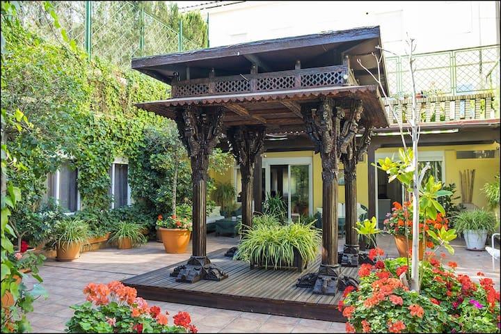 Casa con terrazas jardín.