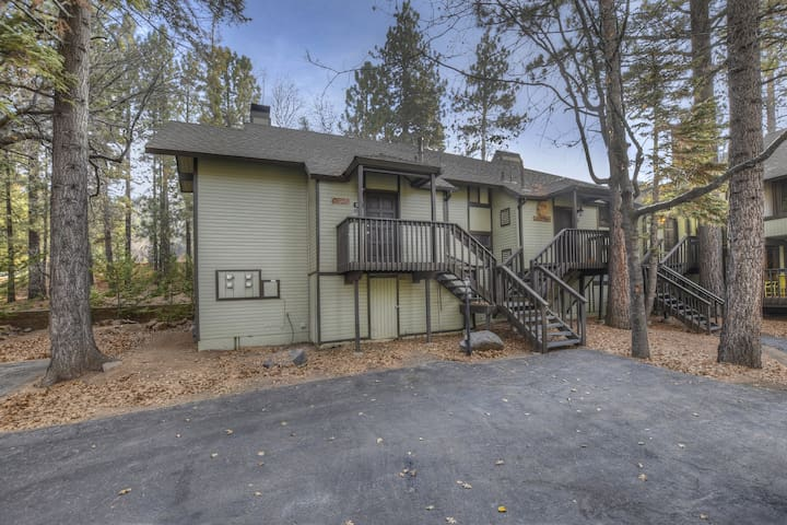 The Goggle Tan Condo: Steps from Snow Summit Resort! 80s Arcade Game! Ski-In/Ski-Out! Wifi & Cable!