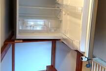 Kühlschrank (deutlich größer als die Minibar)
