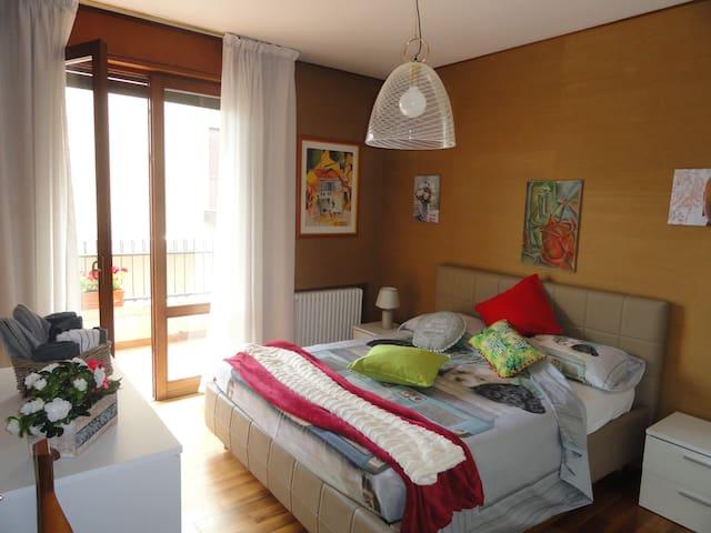 camera 2 molto luminosa con terrazzino esterno munito di tavolino e sedie