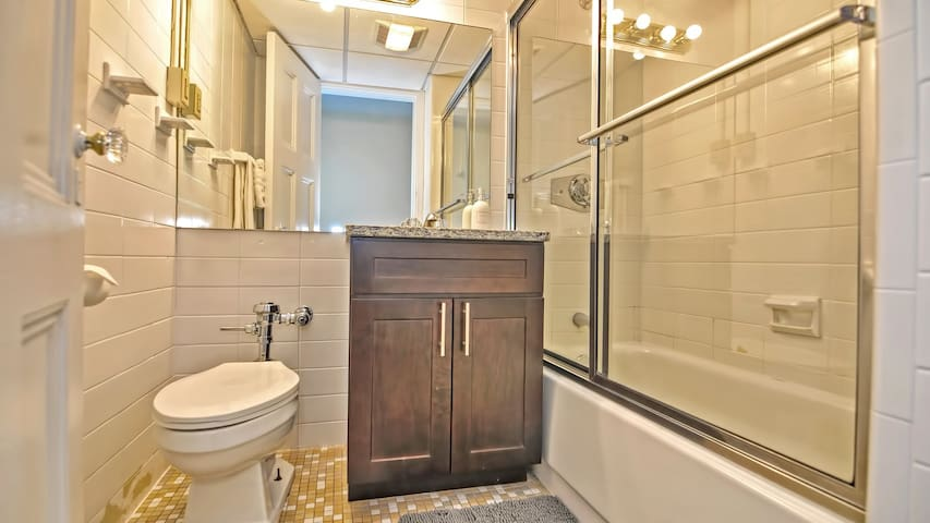 Modern 1BD condo with its historical charm, washer/dryer