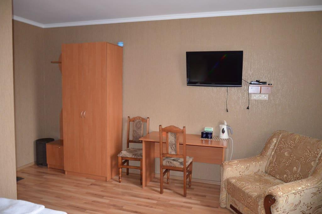 Шкаф, телевизор, чайник