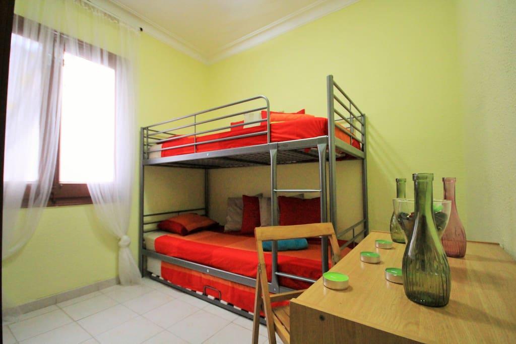 Una cama en habitaci n compartida apartamentos en for Alquiler habitacion compartida