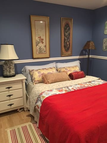 Private bedroom with Queen bed at Cabin style home - Pinckney - Dom
