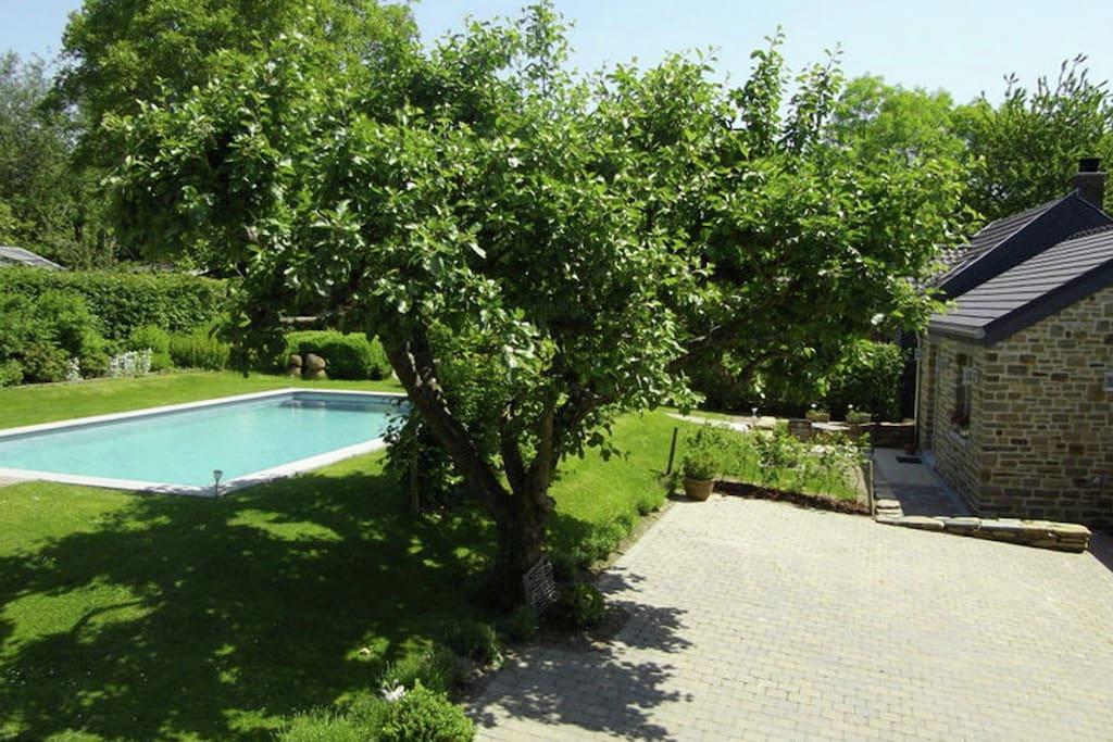 G te de charme avec piscine partag e un grand jardin et for Piscine de jardin belgique