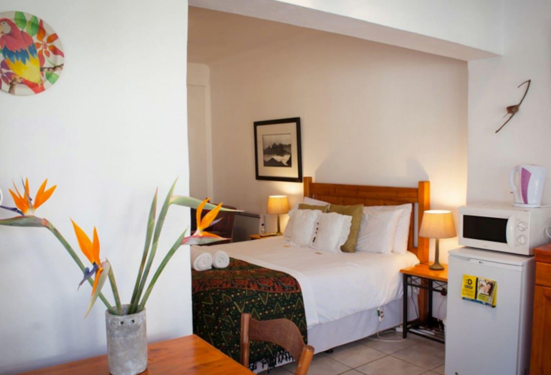 Room 4, Queen size bed, full bathroom, kitchenette, Patio