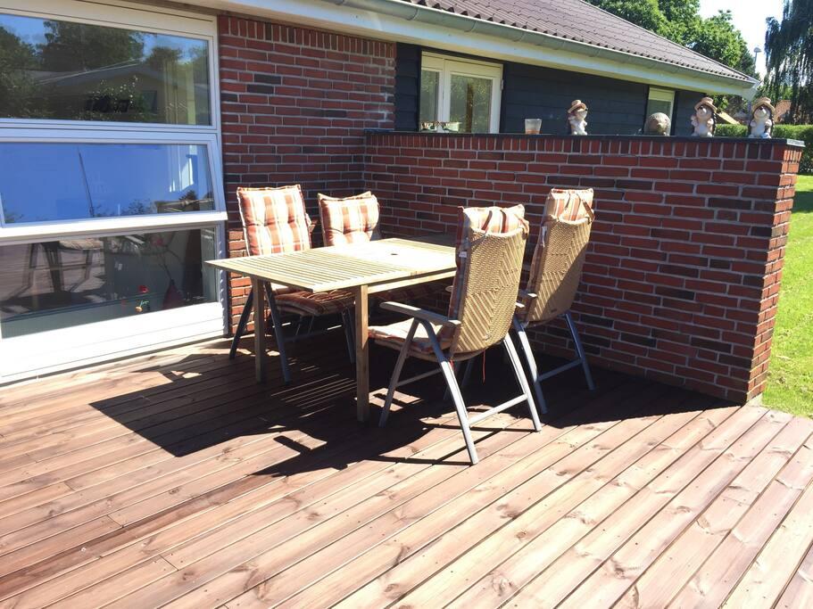Spisebord og stole - der er flere borde og mange flere stole